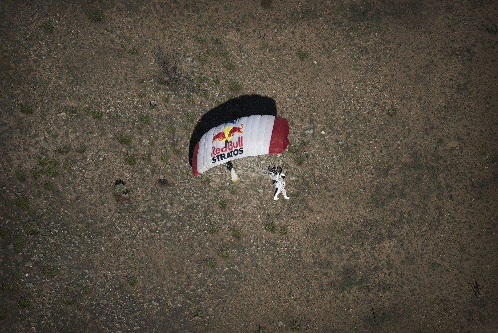 26.USA, Roswell, 25 lipca 2012: Felix Baumgartner ląduje po oddaniu skoku treningowego. (Foto: Joerg Mitter/Red Bull via Getty Images)