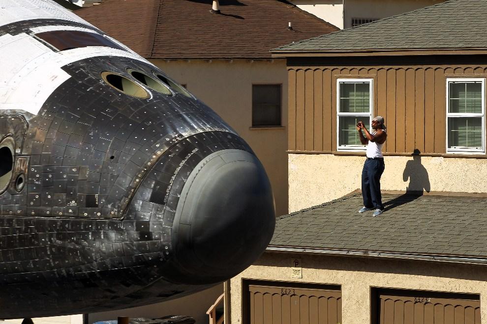 27.USA, Inglewood, 13 października 2012: Kadłub promu Endeavour na tle budynków przy jednej z ulic Los Angeles. (Foto: Rick Loomis-Pool/Getty Images)