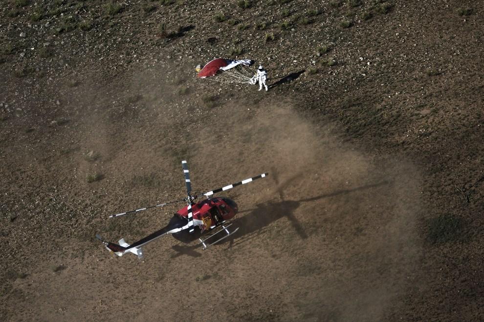 27.UUSA, Roswell, 25 lipca 2012: Śmigłowiec zespołu Red Bull lądujący obok Felixa Baumgartnera.  AFP PHOTO/RED BULL