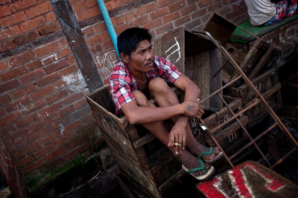 28.1 MJANMA, Rangun, 9 grudnia 2010: Pracownik portowy podczas przerwy. (Foto:  Drn/Getty Images)