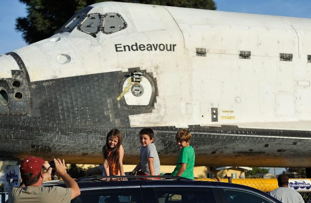 28.USA, Los Angeles, 13 października 2012: Scott Dobbins robi zdjęcie swoim dzieciom na tle promu Endeavour. EPA/JEFF GRITCHEN / POOL Dostawca: PAP/EPA.