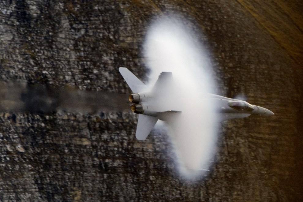 29.SZWAJCARIA, Axalp, 11 października 2012: Myśliwsko-szturmowy F/A-18 Hornet przekracza prędkość dźwięku. AFP PHOTO / FABRICE COFFRINI