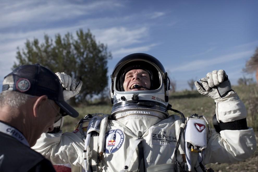 29.USA, Roswell, 14 października 2012: Felix Baumgartner na chwilę po lądowaniu. (Foto: Balazs Gardi/Red Bull via Getty Images)