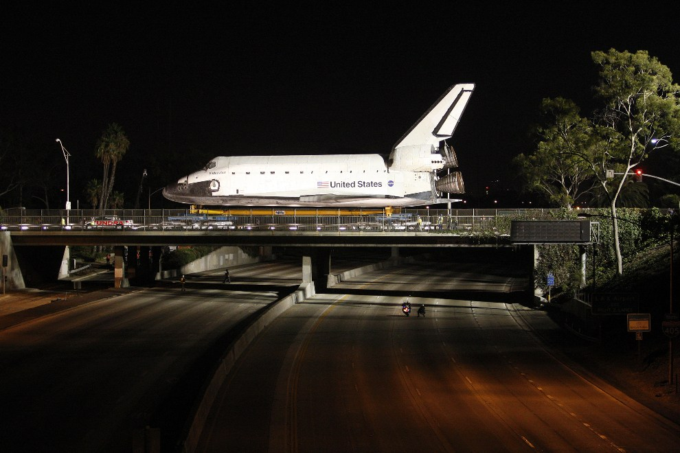 29.USA, Los Angeles, 12 października 2012: Endeavour przejeżdża nad autostradą w drodze z LAX. (Foto: David McNew/Getty Images)