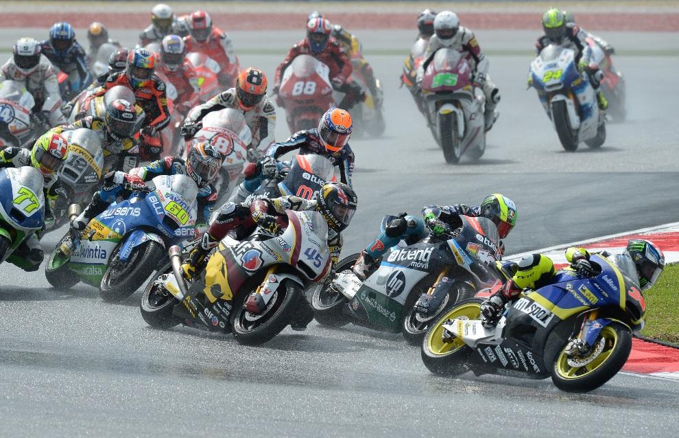 2.MALEZJA, Sepang, 21 października 2012: Bradley Smith na czele stawki podczas wyścigu serii Moto2. AFP PHOTO / MOHD RASFAN