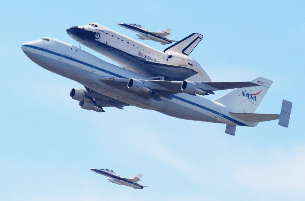 2.	USA, Los Angeles, 21 września 2012: Endeavour transportowany do Los Angeles przez Boeinga 747. AFP PHOTO/JOE KLAMAR