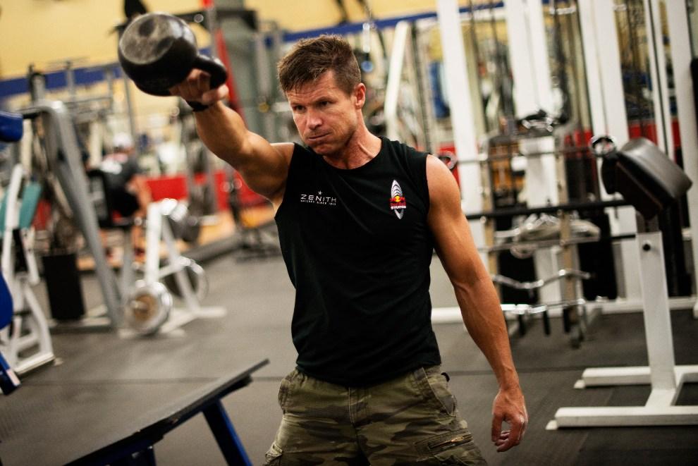 2.USA, Roswell, 07 października 2012: Baumgartner podczas treningu siłowego – jednego z elementów programu Red Bull Stratos. AFP   PHOTO/www.redbullcontentpool.com/Joerg Mitter/HO
