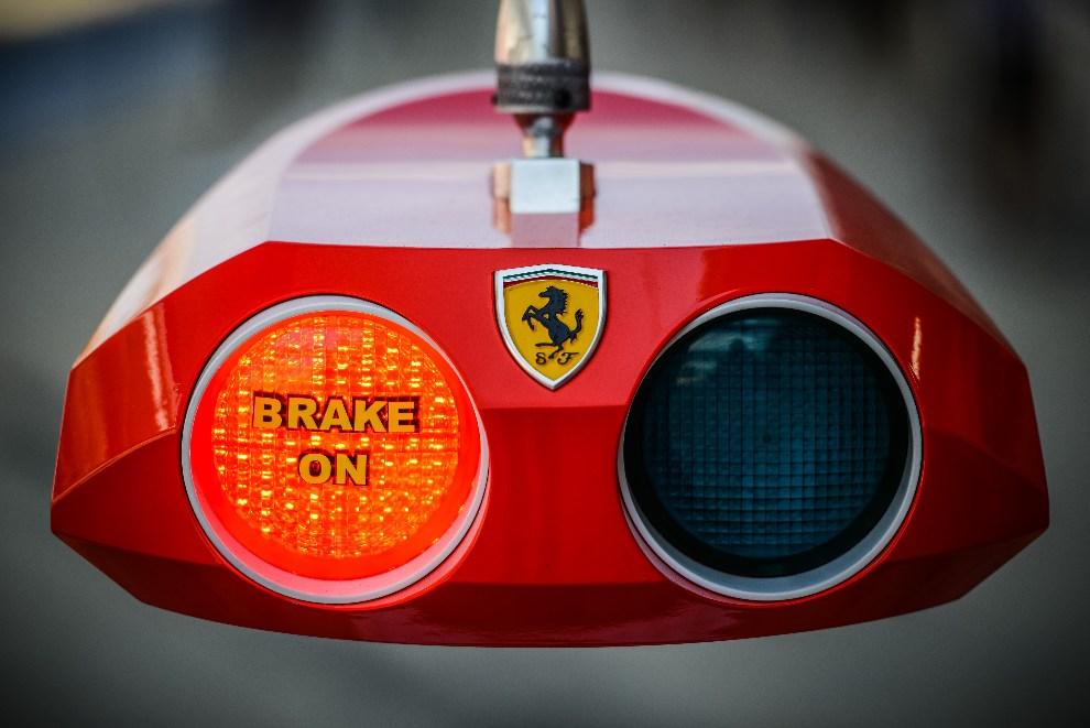 30.KOREA POŁUDNIOWA,  Yeongam, 12 października 2012: Światła bolidu F1 w alei serwisowej. AFP PHOTO / Philippe Lopez