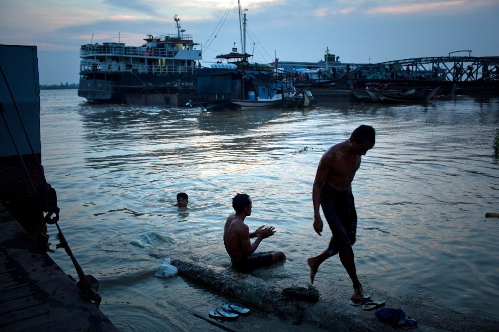 30.MJANMA, Rangun, 9 grudnia 2010: Mężczyźni kapiący się o zachodzie słońca. (Foto:  Drn/Getty Images)