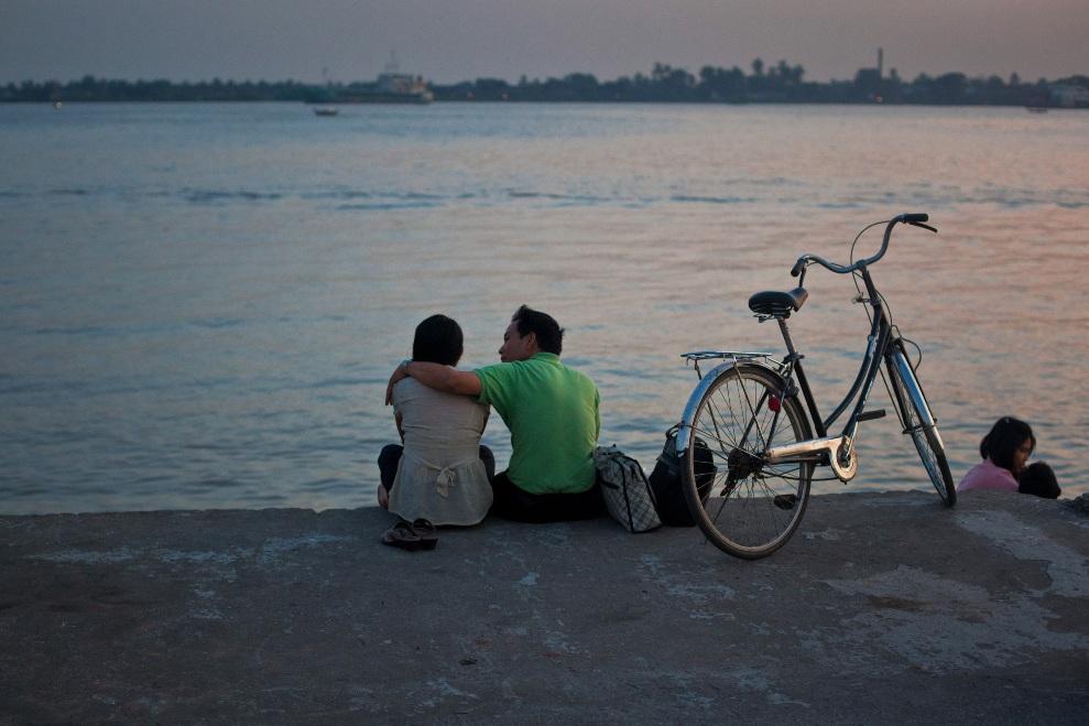 31.MJANMA, Rangun, 9 grudnia 2010: Para zakochanych przygląda się zachodowi słońca siedząc na nabrzeżu. (Foto:  Drn/Stringer/Getty Images)