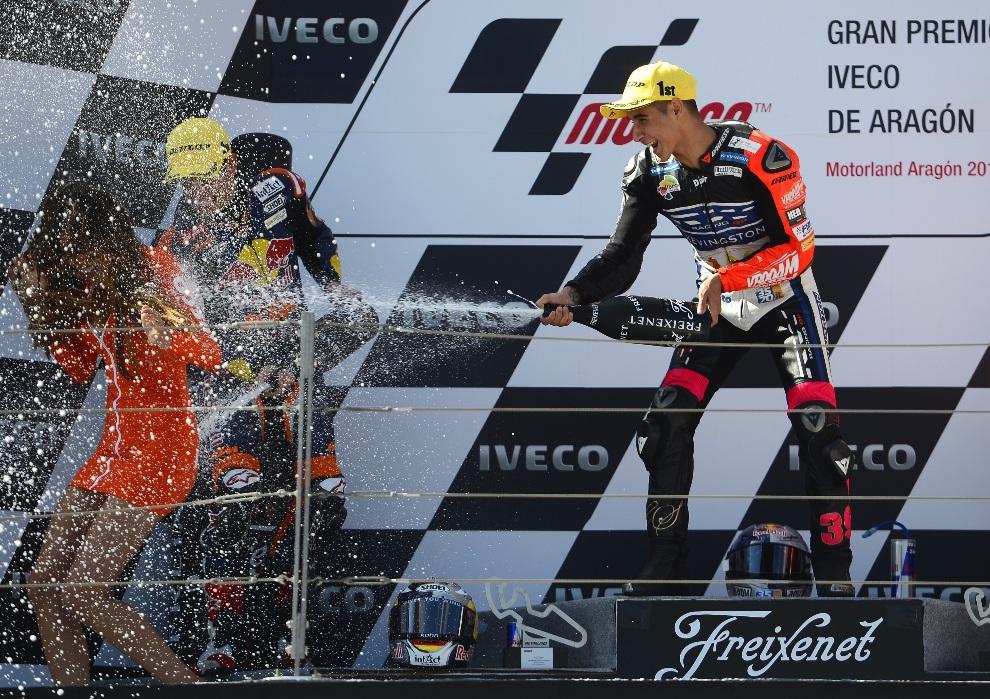36.HISZPANIA, Alcaniz, 30 września 2012: Luis Salom cieszy się na podium po zwycięstwie w wyścigu serii Moto 3. AFP PHOTO / PIERRE-PHILIPPE MARCOU