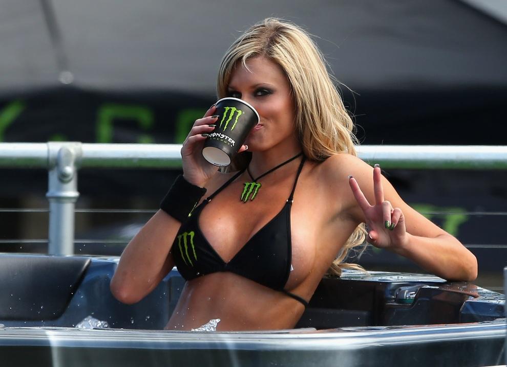 39.AUSTRALIA, Phillip Island, 28 października 2012: Hostessa podczas wyścigu o Grand Prix Australii. (Foto: Quinn Rooney/Getty Images)