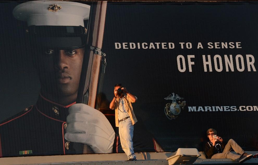 3.USA, Los Angeles, 13 października 2012: Ludzie obserwujący transport promu ulicami Los Angeles. AFP PHOTO/JOE KLAMAR