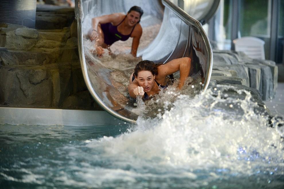 3.FRANCJA, Le Puy-en-Velay, 13 października 2012: Olimpijka Camille Muffat (po prawej) na wodnej zjeżdżalni . AFP PHOTO / JEFF PACHOUD