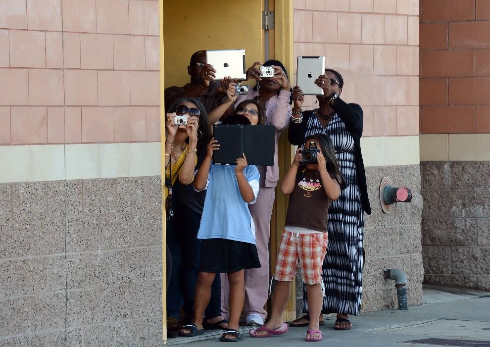 4.USA, Los Angeles, 13 października 2012: Mieszkańcy budynku w pobliżu którego przejeżdża kolumna z promem Endeavour. AFP PHOTO/JOE KLAMAR