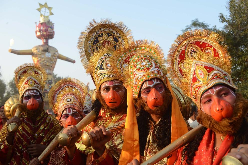 4.INDIE, Amritsar , 24 października 2012: Mężczyźni przebrani za Hanumana, oddanego sługę Ramy, podczas festiwalu Dussehra. AFP PHOTO/ NARINDER NANU