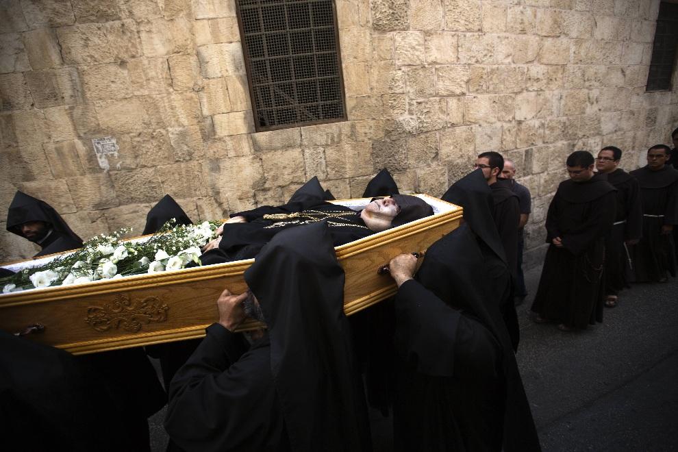 5.IZRAEL, Jerozolima, 21 października 2012: Pogrzeb  Torkoma Manougiana II, patriarchy Armeńskiego Kościoła ortodoksyjnego. AFP PHOTO/MENAHEM KAHANA
