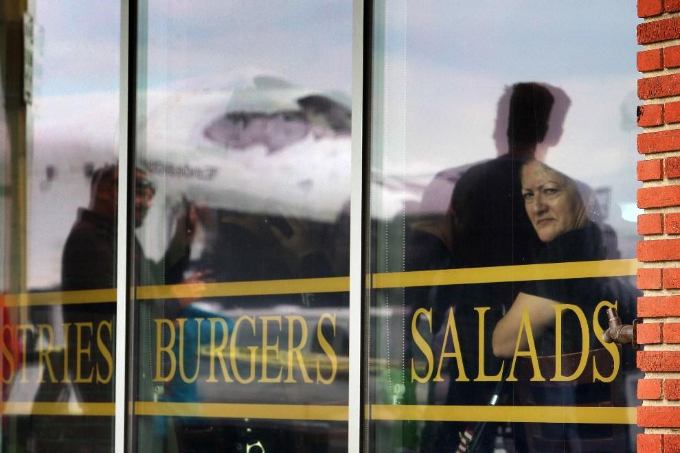 5.USA, Los Angeles, 13 października 2012: Odbicie promu w szybie restauracji. (Foto: David McNew/Getty Images)