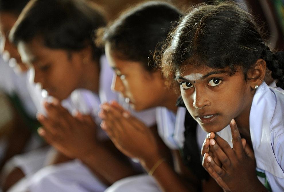 6.SRI LANKA, Pudukuduirippu, 22 października 2012: Dziewczynki uczące się w tamilskiej szkole, podczas modlitwy. AFP PHOTO/ Ishara S. KODIKARA
