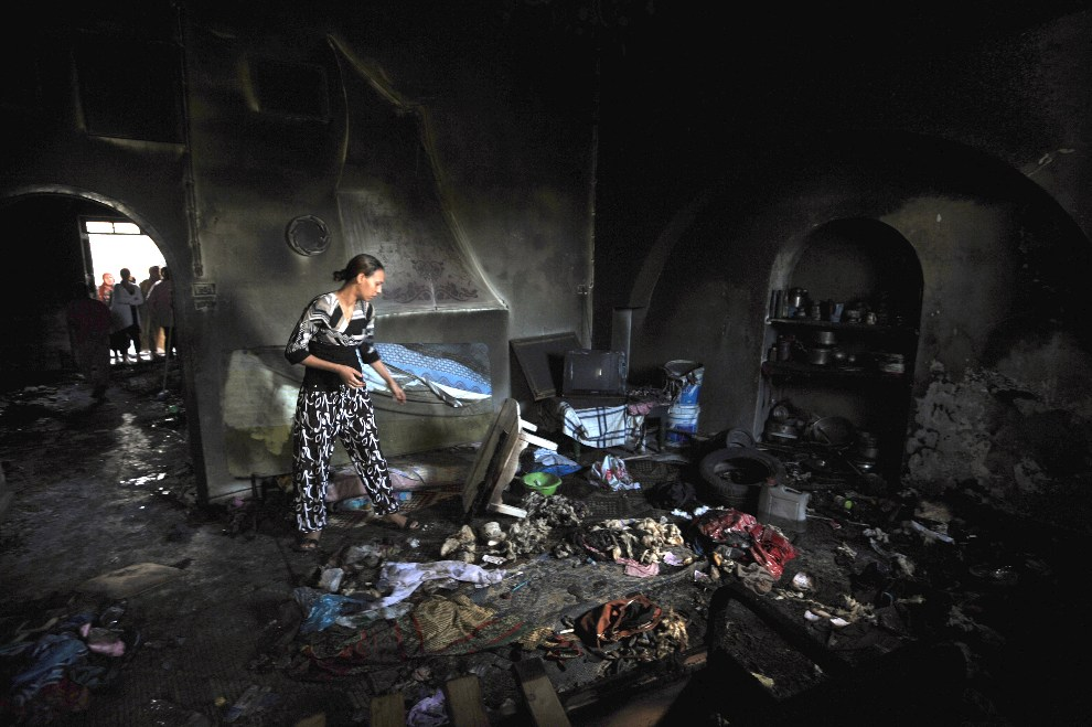 6.TUNEZJA, Manouba, 16 października 2012: Kobieta we wnętrzu podpalonej świątyni sufickiej. AFP PHOTO/FETHI BELAID