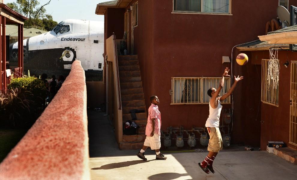6.USA, Inglewood, 13 października 2012: Traymond Harris (po lewej) i Ryan Hudge (po prawej) grają w koszykówkę na podwórku. (Foto: Wally Skalij-Pool/Getty   Images)