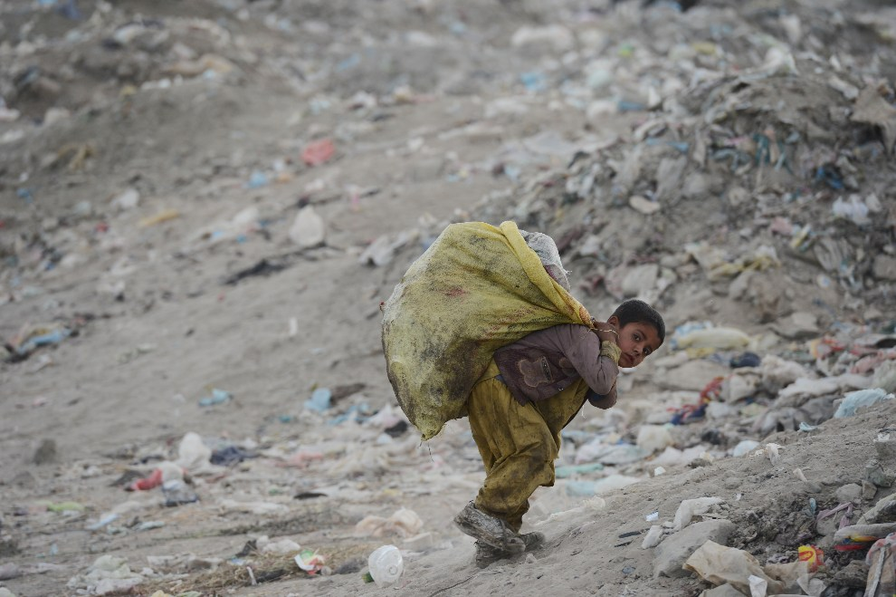 7.AFGANISTAN, Kabul, 17 października 2012: Chłopiec zbierający śmieci z workiem materiałów nadających się do recyklingu. AFP PHOTO / JAWAD JALALI