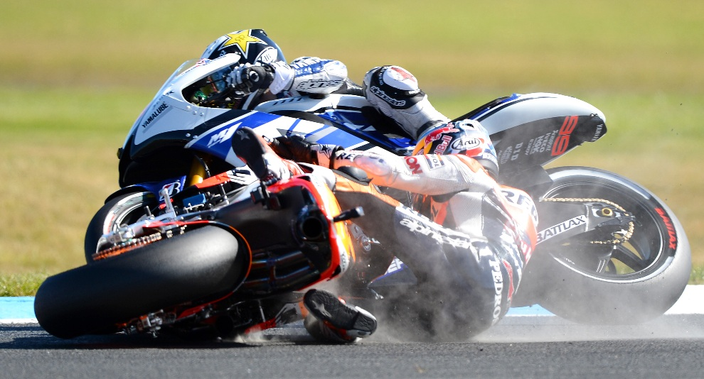 7.	AUSTRALIA, Phillip Island, 28 października 2012: Dani Pedrosa spada z motocykla podczas wyśigu o Grand Prix Australii. AFP PHOTO/William