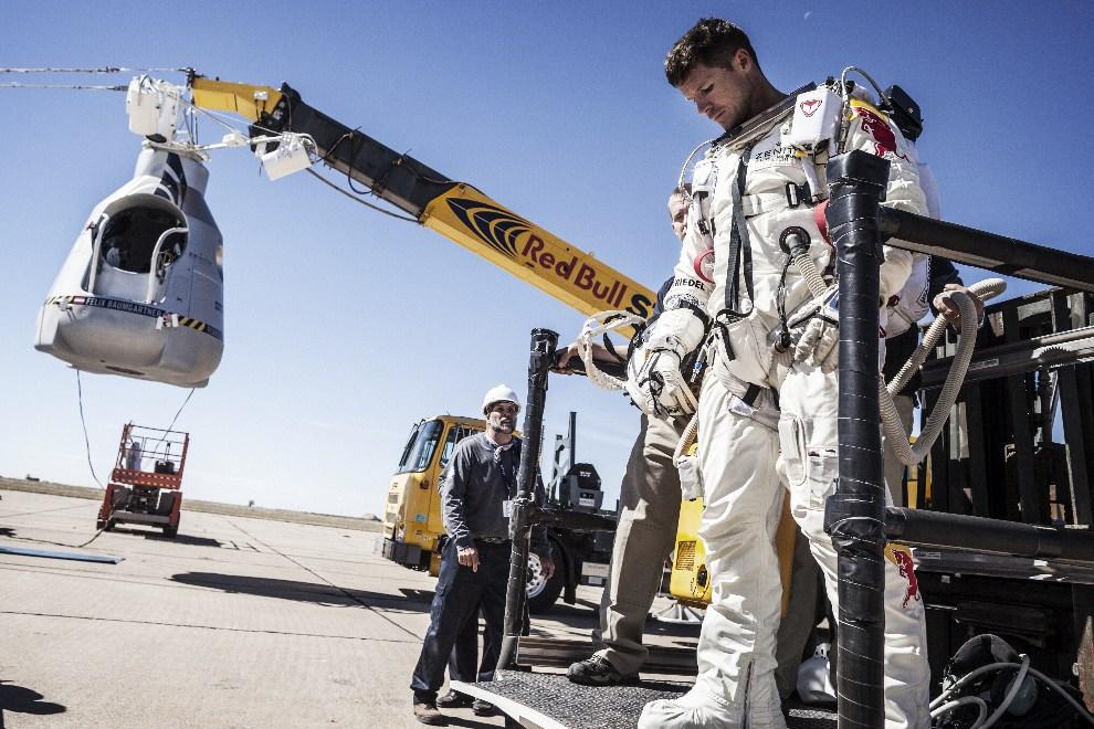 7.USA, Roswell, 9 października 2012: Baumgartner opuszcza kapsułę po tym, jak z przyczyn atmosferycznych odwołano start.   AFP PHOTO / www.redbullcontentpool.com   / BALAZS GARDI
