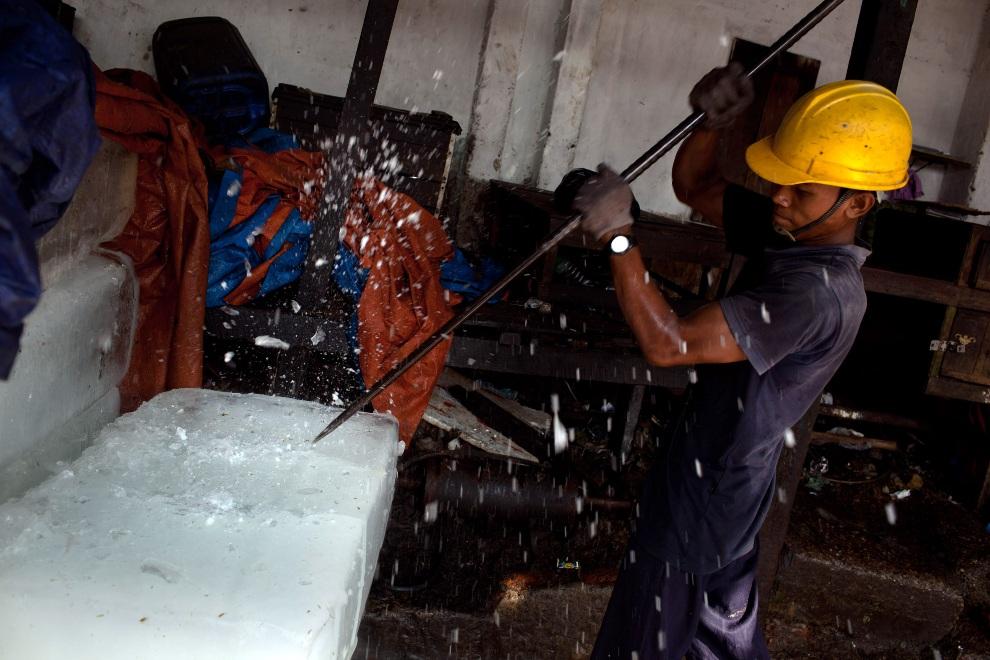 7.MJANMA, Rangun, 9 grudnia 2010: Rozbijanie bloków lodu przed wrzuceniem do rozdrabniarki. (Foto:  Drn/Getty Images)