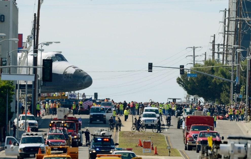 7.USA, Los Angeles, 12 października 2012: Prom Endeavour opuszcza teren lotniska LAX. (Foto: Kevork Djansezian/Getty Images)