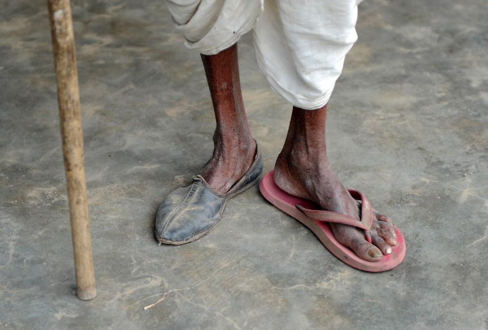 8.INDIE, Budhi Bawal, 15 października 2012: Starszy mężczyzna przy drodze w pobliżu wioski  Budhi Bawal. AFP PHOTO/SAJJAD HUSSAIN