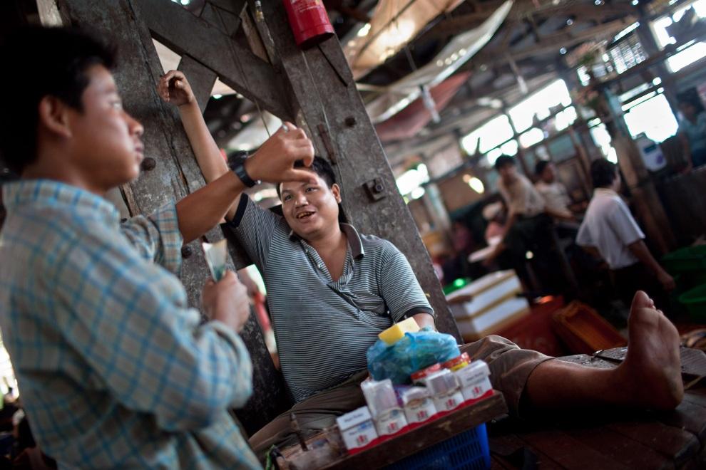 8.MJANMA, Rangun, 9 grudnia 2010: Pracownicy targu San Pya podczas przerwy. (Foto:  Drn/Getty Images)