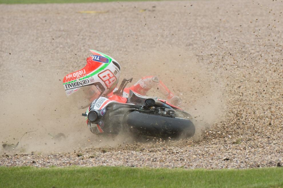 8.WIELKA BRYTANIA, Northampton, 16 czerwca 2012: Nicky Hayden z zespołu Ducati Marlboro podczas wywrotki na torze w Northampton. (Foto: Mirco Lazzari gp/Getty Images)