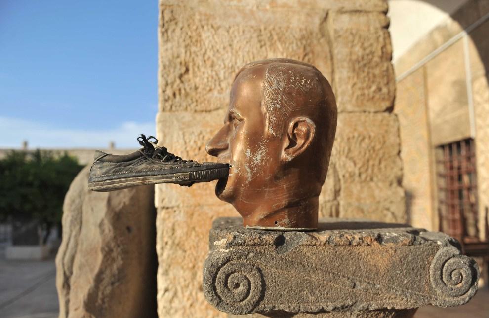 9.SYRIA, Maaret al-Numan, 17 października 2012: But przyklejony do popiersia byłego prezydenta  Hafeza al-Assada. AFP PHOTO/BULENT KILIC