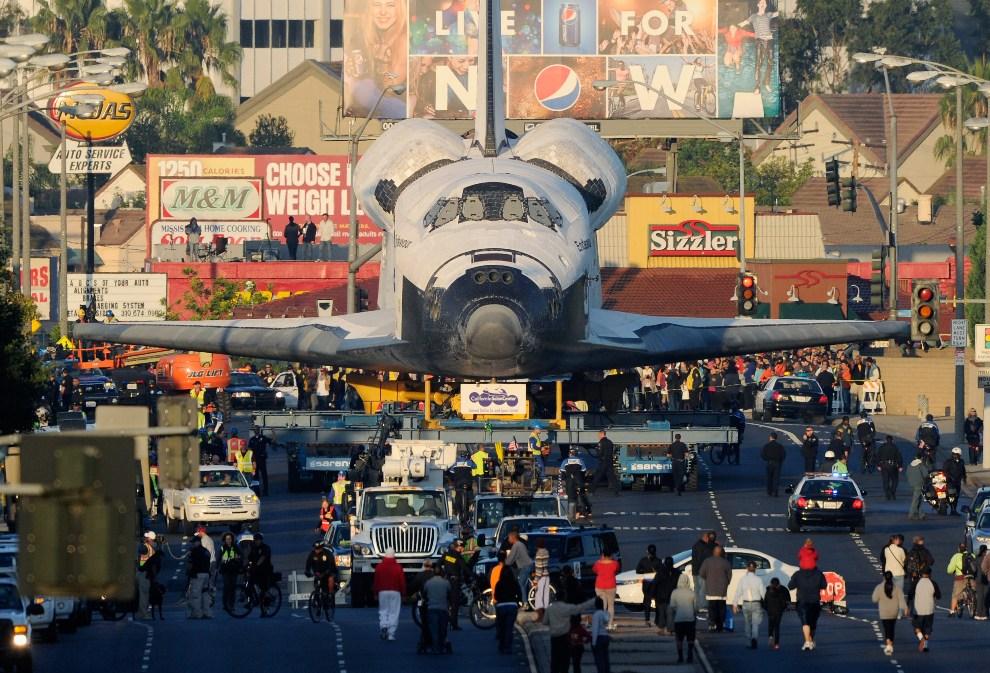 9.USA, Inglewood, 13 października 2012: Endeavour eskortowany ulicą w Los Angeles. (Foto: Kevork Djansezian/Getty Images)