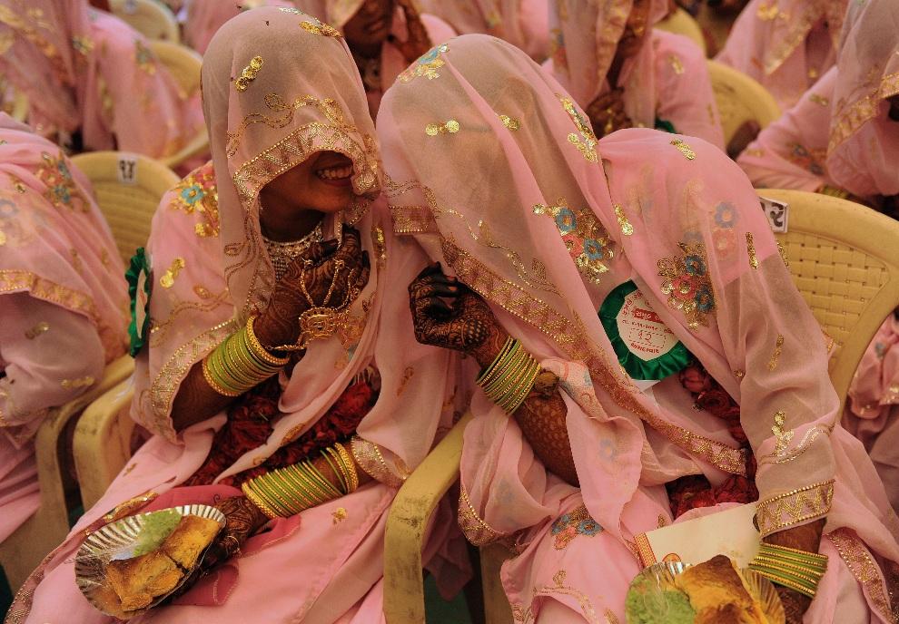 10.INDIE, Ahmedabad, 4 listopada 2012: Panny młode w oczekiwaniu na rozpoczęcie zbiorowej ceremonii ślubnej. AFP PHOTO/Sam PANTHAKY