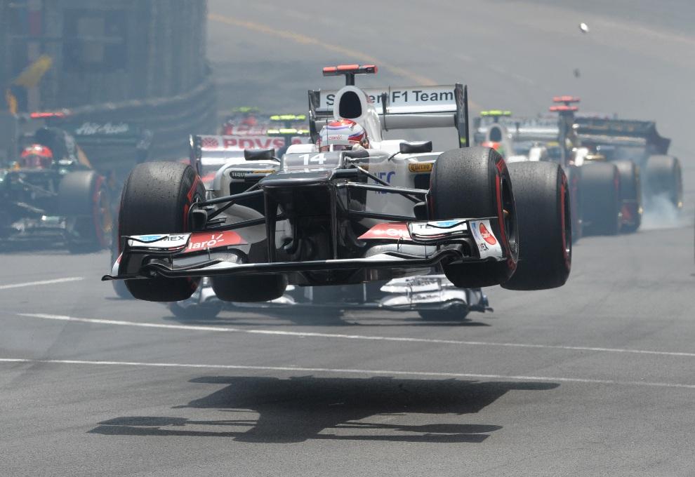 10.MONAKO, 27 maja 2012: Kierowca Sauber'a, Japończyk Kamui Kobayashi, na chwilę przed rozbiciem bolidu.  AFP PHOTO / TOM GANDOLFINI