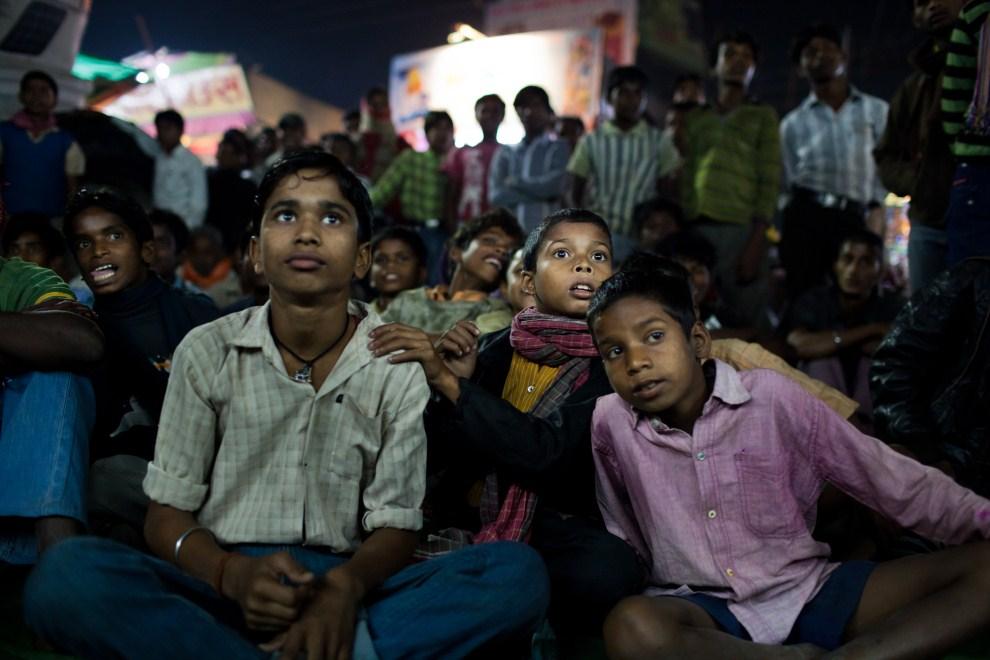 10.INDIE, Sonepur, 17 listopada 2011: Seans filmowy, przed telewizorem, zorganizowany podczas targu. (Foto: Daniel Berehulak/Getty Images)