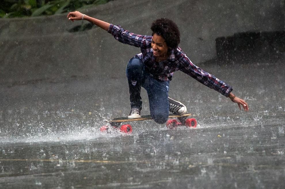 10.BRAZYLIA, Guaratinguetá, 20 listopada 2012: Dziewczyna na deskorolce w deszczowy dzień. AFP PHOTO/Yasuyoshi CHIBA