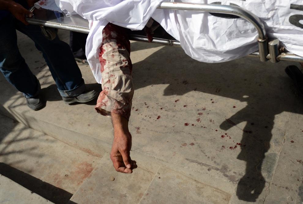11.PAKISTAN, Karaczi, 29 listopada 2012: Ciało mężczyzny zabitego przez zamachowca w centrum Karaczi. AFP PHOTO/ Asif HASSAN