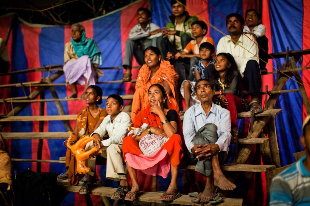 11.INDIE, Sonepur, 14 listopada 2011: Widzowie na pokazie sztuk cyrkowych. (Foto: Daniel Berehulak/Getty Images)