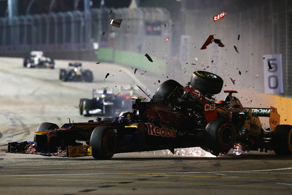 11.SINGAPUR, 23 września 2012: Michael Schumacher (Mercedes GP) wbija się w tył bolidu prowadzonego przez Jean-Eric Vergne (Scuderia Toro Rosso). (Foto: Robert Cianflone/Getty Images)