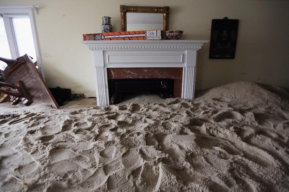 11.USA, Bay Head, 14 listopada 2012: Pokój dzienny wypełniony piaskiem naniesionym podczas huraganu Sandy. (Foto: Mario Tama/Getty Images)