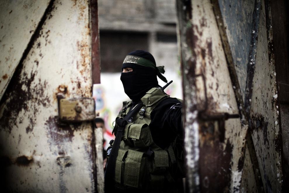 12.STREFA GAZY, 22 listopada 2012: Bojownik zbrojnego ramienia Hamasu przy wejściu do domu zabitego przywódcy - Ahmeda Jaabari. AFP PHOTO/MARCO LONGARI