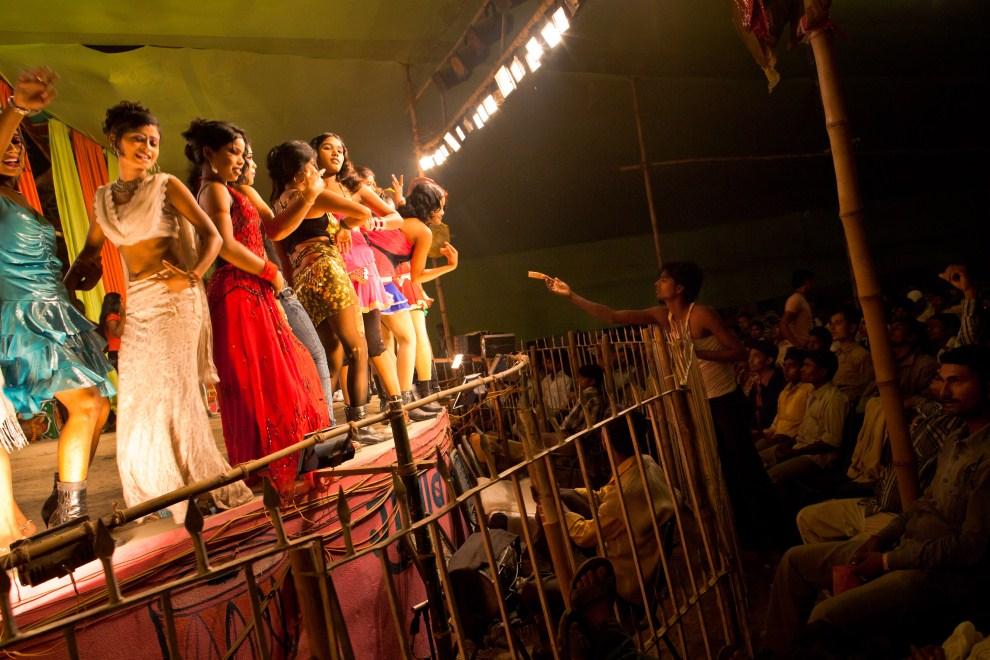 12.INDIE, Sonepur, 14 listopada 2011: Mężczyźni oglądający tańczące kobiety. (Foto: Daniel Berehulak/Getty Images)