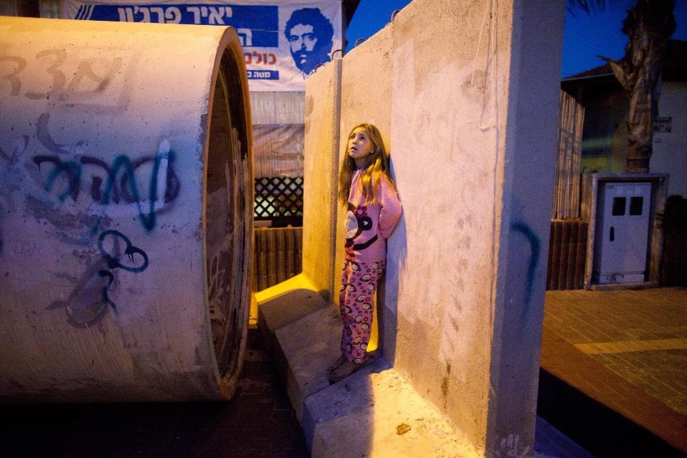 12.IZRAEL, Nitzan, 15 listopada 2012: Dziewczynka przed wejściem do prowizorycznego schronu. (Foto: Uriel Sinai/Getty Images)