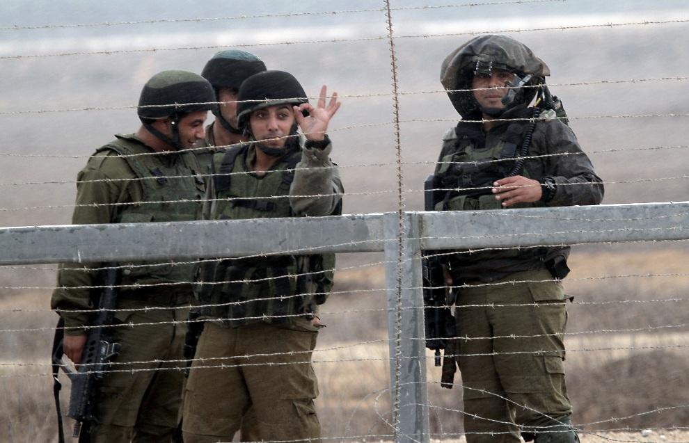 13.STREFA GAZY, 23 listopada 2012: Izraelscy żołnierze na posterunku granicznym. AFP PHOTO/ SAID KHATIB