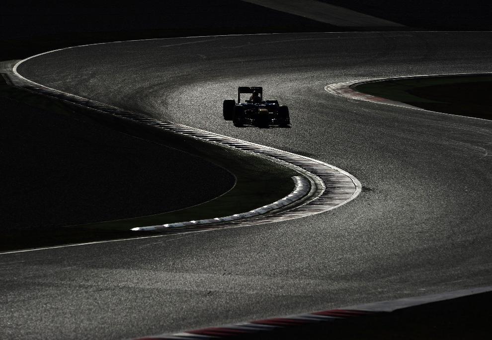 13.HISZPANIA, Montmeló, 21 lutego 2012: Sebastian Vettel w trakcie treningu na torze w Montmeló. AFP PHOTO/JOSEP LAGO
