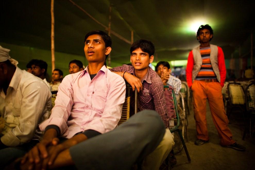 13.INDIE, Sonepur, 14 listopada 2011: Mężczyźni na widowni występów tanecznych. (Foto: Daniel Berehulak/Getty Images)