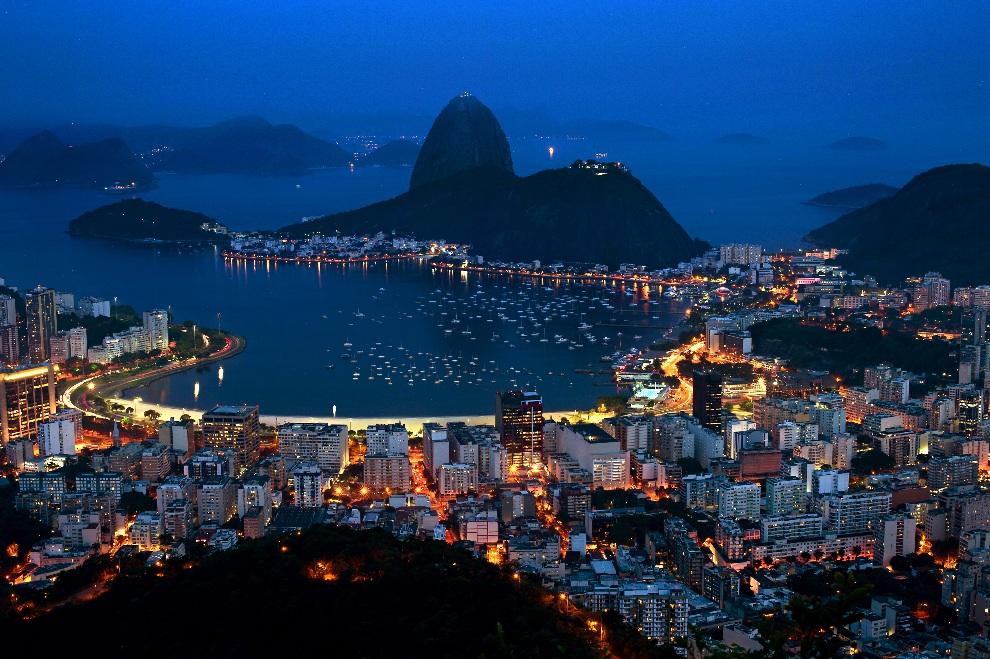 14.BRAZYLIA, Rio de Janeiro, 30 października 2012: Nocna panorama Zatoki Guanabara. AFP PHOTO / CHRISTOPHE SIMON